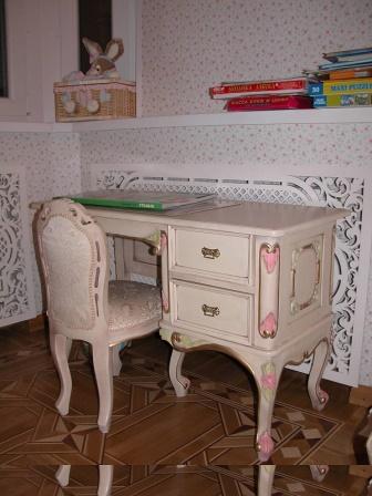 Письменный стол декорированный